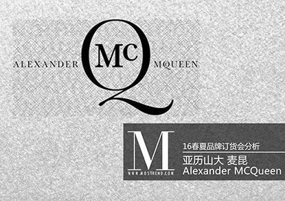 Alexander McQueen在2016SS 用色彩鲜艳的花朵与无尽的夜幕色混搭,交织出属于McQueen特有的暗黑美学。 用清新的粉红、浅蓝、嫩黄色与帅气的黑白色塑造McQueen特有的矛盾美;图案选择一面是柔美的花卉,一面是霸气十足的骷髅头与蟒蛇纹;粗花呢、镂空面料以及混色针织打造不一样的几何感面料;细节上用荷叶边、立体钉珠、波浪线条装饰等打造不同以往的柔美。
