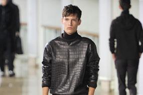 本季,愛馬仕繼續自己的拿手好戲,用新穎奢華的面料將經典系列和考究的時尚趨勢提升到另一個層次。