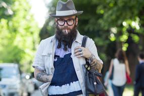 综述 补丁拼接依然是2016年男装的必备元素。从日式折中主义拼布造型到趣味十足的DIY摩托党搭配,应用十分广泛。尽管在夹克背部使用拼接是最具商业特色的设计趋势,男士们也试图将大胆夸张的艺术作品应用在裤子上,或者是搭配出一整套的补丁装。
