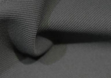工装面料开始有了一些新特点,在处理上更加休闲放松,天然的手感超出想象,同时这些工装面料也不乏功能性面料的基本特性,比如超强的功能性和粗糙耐磨的表面。
