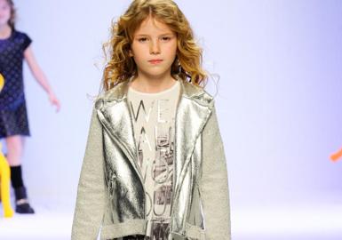 IL Gufo T台从秋季跨越到了深冬,整个发布会都是在精心制作的森林镶饰中进行的。使用复杂的色调如东方橙、暗蓝绿、覆盆子紫红色和天空蓝掺以军绿、灰、奶油色和红色等。纹理质感在这一系列中发挥重要作用,天鹅绒、皮毛和毛毡羊绒的无领夹克、七分裤和极简主义风格褶裙极具特色。