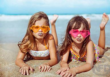 热带动植物图案,迷你风格和生活乐趣是现在巴西童装泳衣品牌的主打流行趋势。
