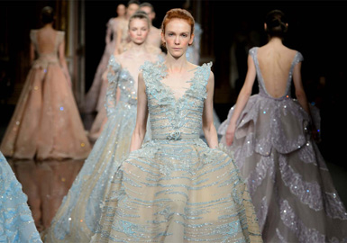 Ziad Nakad 2017 巴黎高级定制,中东纱裙的梦,都梦得如此相似,今年以纱裙的梦为主题,其中主要融入了闪亮且流行的亮片和花瓣等元素,突出作品梦幻,闪亮的感觉。奢侈华丽的钉珠和厚重大裙摆,静态也能感受到那璀璨光芒。最后压轴出场的超大裙摆婚纱,奢华大气,尽显尊贵。美得太放肆了!