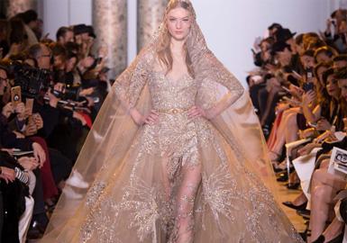 本次Valentino为我们带来了一个只存在于梦境中的诗篇。模特们身穿由手工艺装饰的真丝雪纺直筒连衣裙,飘逸空灵的模样宛如希腊女神一般在t台上游走。潇洒长裤与长款斗篷的组合俊秀清冷,而薄纱连衣裙上满满的手工玫瑰装饰,也将爱意展露无疑。