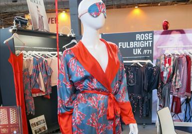 獨特的印花成為打造個性十足的睡衣和家居服款式的關鍵。Eberjey與設計師Rebecca Taylor聯手推出的花卉印花真絲睡衣、吊帶裙、連衫襯褲和吊帶衫套裝,充分展現出該設計師作品中的獨特復古風范。Asceno從男裝汲取靈感,將圖像印花和條紋運用于定制單品,而英國設計師、藝術家Rose Fulbright則將受海底珊瑚啟發的印花圖案與其古典風格多用真絲睡衣相結合。