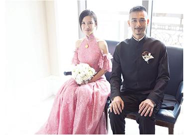 6月10号,新娘杨子姗穿Vera Wang lconic系列婚纱惊艳亮相,宛如纯洁温柔的公主并高调宣布结婚。两人在工作里结缘,也将电影作为自己的梦想与事业,所以婚礼中包含了很多电影元素,还在电影院里拍摄了一个婚纱小影片。杨子姗一袭白纱,笑靥如花,吴中天看着她笑,自己也笑了起来,默契非同一般。