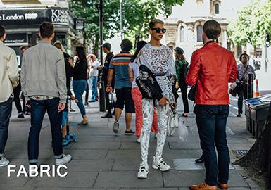 炎炎夏日对于时尚男士而言除了T恤、中裤以外,是决不能少了一条可以提升质感与魅力的九分裤。谈及夏季的九分裤,其面料变化也是很丰富的,不但有经典西裤面料还有斜纹布裤面料,以及牛仔单宁面料与针织运动面料。不同面料的九分裤搭配不同的上身款式其风格也决然不同。