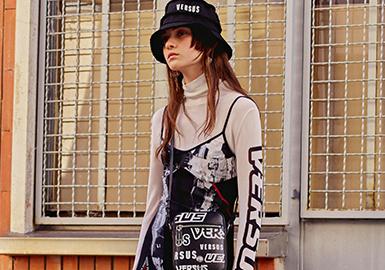 Versus Versace是Versace年轻化的副线品牌,它一直备受年轻人追捧。 Versus是Donatella Versaca设计才能展现的开始,在设计上除了紧随本身Versace品牌的特色之外,更有自己的独创特点,无论是在设计、搭配、态度上都极度迎合着有想法且充满个性的年轻群体。这次全新的2018早春系列,融入来最近火爆的街头风元素,让人有焕然一新的感觉。