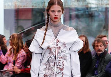 """Prada2018早春系列,设计师提炼了""""现代主义""""并结合运动方式去实现Prada的优雅。用梦幻薄纱、青春的长筒袜、淡色薄纱、多变的亮片等元素展现了少女心中的春天气息。衬衣和薄纱之间的相互搭配,仿佛是牧羊少女般清新,袖子的处理也是很多精彩的细节,裙装的款式上,更加强调修身和腰线,廓形宽松的运动风夹克,大热的露肩设计,搭配运动鞋和各色印花长筒袜,轻松打造足球场上的Soccer Girls。"""