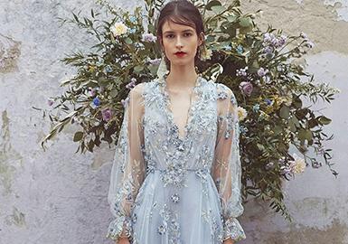 利用贴布,刺绣等手法在礼服上装饰复古风格的小花朵,搭配枝叶感受,使礼服整体甜美清新,十分减龄。