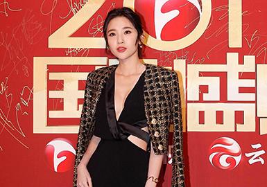"""国剧盛典,是中国电视剧最具影响力的颁奖典礼之一,是评审最全面、覆盖范围最广的电视剧评选活动。由中国安徽卫视主办,光线传媒承办、首都广播电视节目制作业协会协办,被誉为中国电视剧界的""""奥斯卡""""。当然,有活动就不会缺少争相斗艳的女明星们,让我们一起来看看她们精心选择的""""战袍""""吧!"""