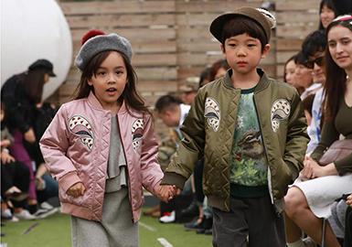 韩国首尔的时尚风格对与中国童装市场有很大的影响力,独特的设计理念和色彩及剪裁细节等使其成为全球的时尚潮流领袖,因此对于其2018早春的T台款式进行了全面综合的分析。