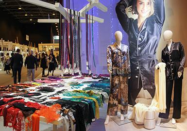 巴黎--2018年1月來自全球各地的內衣制造商在這場業內頂級的內衣面料展上分享最新潮流和技術創新成果。2019春夏Interfiliere巴黎內衣展簡要地反映整季趨勢,展示最關鍵的創新成果和主打信息。席卷整個行業的環保風潮成為趨勢論壇的一大亮點,并深受供應商重視,滿足市場對于閉環式、環境友好型解決方案的需求。顯然,氣候變化和環保意識的提升激發明確的解決方案,朝著積極的方向發展。由于消費者拒絕在舒適性和功能性上妥協,身體敏感型面料越來越重要。供應商追求細針距微絲紗線,用以打造輕盈至極的平紋針織;曾經新奇的概念,如香味、抗蚊和形態記憶,越來越多地涌現在在市場上。就風格而言,傳統花卉逐漸被以自然為靈感的抽象圖案和蕾絲取代。從環保蕾絲到新穎刺繡,Interfiliere內衣展繼續創新,邀請前衛供應商,舉行發人深省的論壇。