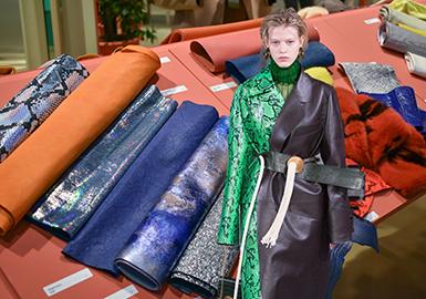 PremiereVision Leather提出了全球獨一無二的靈感和發現領域,3號展廳的皮革和毛皮展帶來了皮革時尚信息的核心。 皮革行業2019春夏季的口號為:探索各種形式的!前進和發現新的領域,真正的熱情是詩意的,技術的,假想的。豐富的靈感來自于自然和動物世界。為了給人留下深刻的印象,這次展會通過觸覺樂趣的表面機理,眩目的視覺色彩和沙沙作響的靈動感,渲染出夸張或迷惑的感覺,充分激發出對皮革的好奇心,和神秘感。