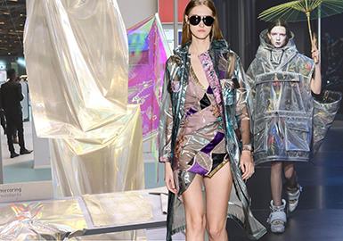 巴黎 Premiere Vision 2019春夏季的首展,呈現了各大風衣面料最新季設計。從傳統的經典面料再造,到新穎的PVC材質,緞面結構營造動態光感,金屬涂層與PU的光影印花等最新適用于風衣款式的面料,都在此次面料展上出現。