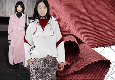 2018秋冬女装四大时装周的秀场上,灯芯绒面料款式成为不可缺少的单品,色彩与面料的质地都较为丰富,其中也不断涌现出更具时尚张力的面料与洗水工艺手法。让灯芯绒面料呈现出多角度的美感,成为此次秀场上不可缺少的亮点之一。