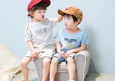 男童今年T恤的图案种类繁多,趣味人物、简笔小怪、果蔬、冰饮、字母、侏罗纪、动物园、快餐文化、运动休闲等等。