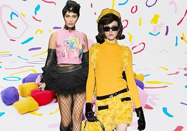 Moschino(莫斯奇諾)是設計師Franco Moschino以自己的名字命名的一個意大利品牌,創立于1983年,產品以設計怪異著稱,風格高貴迷人、以時尚幽默、俏皮為主線,主要產品有高級成衣、牛仔裝、晚宴裝及服裝配飾。莫斯奇諾 (Moschino) 旗下共三個路線,分別為:Moschino、Moschino Jeans(Love Moschino)以及Moschino Cheap&Chic (Boutique Moschino)。
