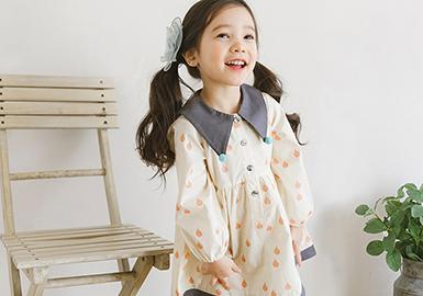 韩国本季的款式非常甜美可人,尖领、 蝴蝶结、不规则荷叶边、假两件、造型款T恤等等,清新自然、休闲时尚。