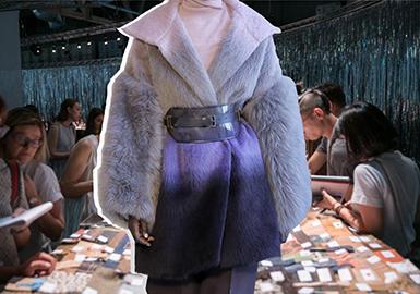 """此次19/20秋冬米兰Milano Unica纺织面料展,以展望未来时尚为宗旨,呈现了各大品类织物的最新季设计。其中,毛呢织物突出""""重写再造""""与""""可持续性创新""""的两大特点, 很多经典的毛呢面料都已展示出全新的风格面貌。"""