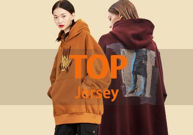 12月女装卫衣的款式库以精致微潮为主,图案以字母和照片类居多,最受关注的工艺是拼接。