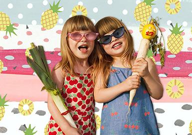 """与2010年建立的童装品牌Stella McCartney为0-16岁的孩子设?#21697;?#35013;。设?#21078;?#23558;?#32422;憾越?#24247;的热爱作为灵感进行传递,致力于为?#20999;?#29983;活积极向上的孩子打造完美的形象。本季 ,钟情于大自然的 Stella Kids 成立了一支小小 """"蔬果军团?#20445;?#20182;们各司其职,可爱、俏皮,完美展现品牌简约随性而又搞怪好玩的时尚态度!"""