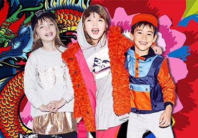 """1970年,KENZO由被誉为""""色彩魔术师""""的高田贤三所创立。如万花筒般变幻的色彩和?#21450;?#34701;合青春活力的基调以及大胆的态度奠定了KENZO一贯的设计风格。本季,KENZO?#21360;?#19995;林之书》、《超能陆战?#21360;?#20197;及宫崎骏的电影中汲取灵感,将孩?#29992;窍?#27426;的元素加入其中,打造出一支勇于探索和冒险的小小军团。"""