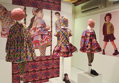 第88届PITTI BIMBO童装展作为儿童时尚和现代生活方式的领导者,本次共计展出546个童装品牌,汇集了来自世界各地的买手与媒体。本季PITTI BIMBO还展示了过去60年间所有芭比娃娃,同时开启Kidslabs项目,促成工厂与佛罗伦萨最重要的几家博物馆合作。