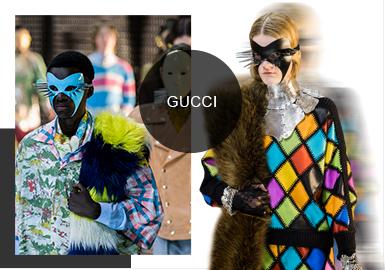 北京時間2月20日晚10:00,Gucci 在米蘭發布了19/20秋冬系列大秀,本次大秀的邀請函以復古的木盒承載,里面裝著一張古希臘紙漿面具,面具背后附帶本次大秀的信息。本次大秀回歸到米蘭的 Gucci大本營Gucci Hub ,Alessandro Michele 用超過 12 萬個 LED 燈泡在秀場打造出讓人眩目的橢圓型燈墻,與 100 多米長的鏡面 T 臺連成一體,從地板到天花板,讓整個秀場像一個被燈光照亮的萬花筒。