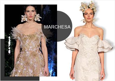 今年4月份,Marchesa2020春夏系列首度在巴塞羅那婚紗周上發布,設計師組合Georgina Chapman & Keren Craig 為我們帶來了一場既夢幻又精致的婚紗禮服秀。新系列的設計華麗浪漫,著眼于低調又驚艷的婚服外觀,用復雜精細的刺繡完美詮釋了女性化的審美格調。Marchesa標志性的三維立體花朵更顯輕盈;水晶刺繡和層疊薄紗使每款婚服都有著高級定制般的細節點綴;設計師還在新系列中使用了可拆卸手法,給新娘提供更多的搭配選擇;短款婚服及彩色婚紗的出現也迎合了近年來的時裝化趨勢。