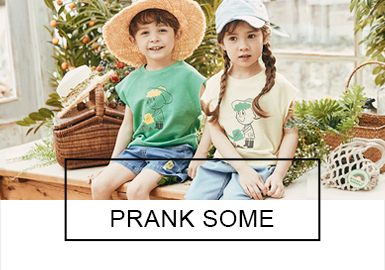 "Pranksome是來自韓國的童裝品牌,服裝以舒適溫暖的色調帶給孩子們輕松愉快的心情,設計以新鮮創意的主題系列和明亮柔和的顏色深受孩子們喜愛。19春夏Pranksome推出了""四月野餐""和""彩虹花園""兩個系列,和孩子們一起打造出清新有趣的春夏樂園。"