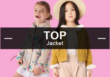 5月份款式库中女童夹克外套主要以时?#34892;?#38386;风格以及日韩风格为主,街潮风格略有上升。?#21450;?#26041;面文字、植物花卉占比较为均衡。工艺上荷叶边、定位印花为主要的表现手法,拼接工艺占比有所提升。