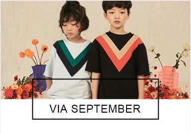 來自于韓國的Via september是一個極具代表的童裝品牌,19春夏的款式將簡約易搭的風格繼續延續,擅長細節把握的Via september在T恤、衛衣、連衣裙和外套獨具匠心。設計師在色塊拼接方面大膽創新靈活自如引人矚目。
