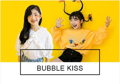 BUBBLE KISS是韓國女童品牌,主要針對中大童年齡段的個性女孩兒。如同一個千變萬化的女孩兒,款式和風格十分多變,潮酷女童、甜美小仙女、學院運動、假日風情等等都是BUBBLE KISS本季的亮點所在。