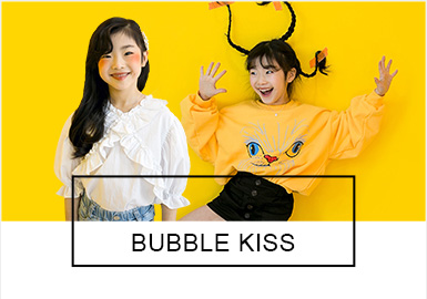 BUBBLE KISS是韩国女童品牌,主要针对中大童年龄段的个性女孩儿。如同一个千变万化的女孩儿,款式和风格十分多变,潮酷女童、甜美小仙女、学院运动、假日风情等等都是BUBBLE KISS本季的亮点所在。