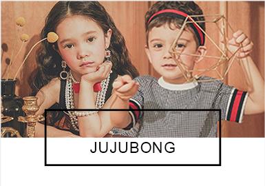 Jujubong是一个混合词,有儿子的出生名(Juju)和妈妈的出生名(Bom),意思是婴儿和妈妈。该品牌于2014年由一位母亲创立,作为设?#21078;?#30340;妈妈在Juju一岁生日的时候设计了一套套装。Jujubong品牌的?#25293;?#24456;简单,现代的、好玩的、温馨的感觉等都是想表达和?#38750;?#30340;含义。为此品牌也尝试使用优良的纺织品和环保材料。19?#21512;腏ujubong依然坚持?#32422;?#20248;雅、古典、现代的风格,展现出孩?#29992;?#30340;另一面。