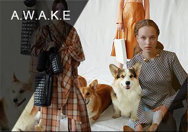 Natalia Alaverdian 2012年在倫敦創立的個人品牌 A.W.A.K.E. 也像她自身的經歷一樣,詼諧又多變,難以用一種風格來定義。A.W.A.K.E. 是「All Wonderful Adventures Kindle Enthusiasm」首字母的縮寫。她希望通過衣服展現獨特的自我表達,在藝術性、故事性和商業性種尋求平衡。A.W.A.K.E.2020早春系列,毫不啰嗦的利落剪裁,不對稱西服、荷葉邊下擺、褶皺設計、大翻領細節、豐富的色彩搭配,以及裙裝獨有的細膩氣息,完美平衡了高級感和實用性,為優雅的衣柜增加現代和概念感的作品。