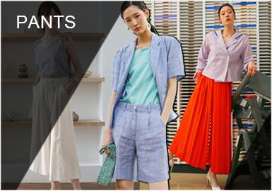 褲子作為日常最常見的單品之一每一季都頗受消費者青睞。在2020春夏我們可以看到實用款型成為休閑風格的推動力,工裝風將更為普及,褲腿口袋與腰帶的設計使寬松的輪廓注入新意。運動休閑風也將持續影響長褲類別運動拼色和彈力褲腰為重要細節。短褲也將全面復興,套裝的搭配使其更具有實穿性。