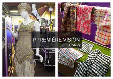 纽约Première Vision是在9月份巴黎Première Vision展会开幕之前的面料展。通过本次展会一睹精选工厂、设计师和制造商预展的面料系列,可发现展会对可持续发展的关注持续增强,同时推动了环保面料的增加。触感和夸张图案为众多面料带来新意,打造图案图像设计丰富的一季。其中各类别的格纹设计更大尺寸呈现,并运用深色底色和亮色强调色,打造经典套装和乡村造型。古旧和精致的花呢面料仍然是关键,并以拉绒解构打造。蕾丝、泡泡纱大面积进行风格化图案。奢华金属纱线打造亮眼独特的格调。采用天丝、铜氨纤维。苎麻纤维和黏胶纤维等混合纤维打造舒适可循环的面料。