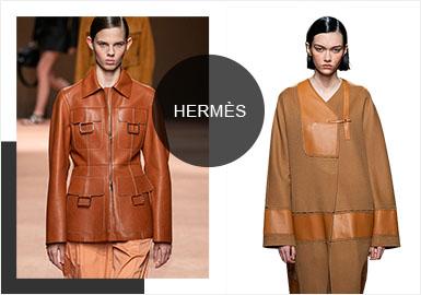 """爱马仕2020春夏女装系列,借由""""网球俱乐部""""的故事,为我们开启了当代女性的时髦新主义。本季服装仍以手工艺为主,皮革材质占了很大一部分比例,体现出Hermès对价值的追求永远超越潮流。Hermès所传递的精神或许是一种骨子里的坚定,而这一点又被中性风所发挥。轻盈有力的蝉翼纱和皮革,展现了当代女性的坚韧和优美。"""