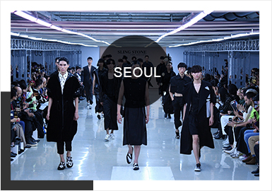 每一年的四大时装周过后,亚洲的几大时装周也拉开了帷幕。首尔时装周虽然没有四大时装周火爆,却也正渐渐走上正轨,成为窥伺韩流时尚的重要指标。随着个性风的流行,首尔时装周上出现大量以混搭风为主流的穿搭,常见的拼接设计、套装搭配依然占据主要部分,而薄纱材质设计的款式,也打破性别界限,彰显男士另一面的魅力。