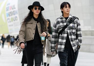 近期整理的街拍造型中,各路达人、时尚博主们都穿出自己了风格。街潮风格依然大受欢迎,达人们的搭配也更具看点;机能风一直盛行,从未减退,机能马甲在近期大肆出现,材质和色彩上也有变化;实用性与时尚度结合的工装风也开始席卷时尚潮流圈。量感西装、皮革外套和长款风衣也受到热捧。在穿搭上,层次的叠穿和套装搭配以更多形式出现,彰显达人们的时尚态度。