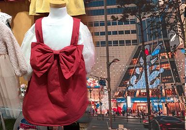 通過對韓國童裝批發市場的實時跟進與分析,在本季秋冬的市場亮點頗多。毛絨材質依然占據童裝市場的重要地位,不論是異材質的拼接和局部絨材質的表現的,擺脫臃腫感的絨面外露的效果領款式更顯層次分明。在追求潮酷感的韓國童裝市場中醒目的印花和層疊效果兩件套依然受到歡迎。復古潮的再次興起也令經典格紋和牛仔再次成為熱門話題。