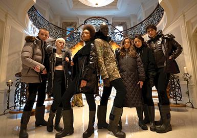 """Moose Knuckles在2007年于拿大成立,该公司成立的初衷是可以制造出世界上最精简,最坚韧,最奢华的运动服装品牌。 """"Moose Knuckles""""品牌的名字源自于加拿大最伟大的两件""""作品"""":麋鹿和曲棍球。这也是品牌漂亮标志的来源;品牌强调保暖与时尚并行,与知名IP的联名、潮流人士的上身照成为主要宣传途径;近两年在中国被俗称为""""剪刀牌""""受关注较高,本季度以皮毛拼接、光泽感面料等元素作为系列核心;细节元素的精致应用与高蓬松度的羽绒也为品牌获得忠诚的购消费客户。"""