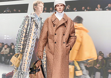 "Fendi 2020 秋冬男士系列,主题是""New Normal"",即""新常态""。秀场灵感来自""复古未来主义""(Retro-futurist)这个二元性的概念,以高科技乌托邦式平滑、流畅的极简白舞台为背景。在这个未来感十足场地中展出的,却是回归传统的经典男装。服装以色调的深浅顺序出场:从沉重的黑灰,过渡到温和的卡其,到后场的浅黄白,整体的版型风格趋于正式。Silvia Venturini Fendi 女士将一系列品牌经典单品重新塑造之后带回大众视野。她认为,适时地停下来回顾这些看似不起眼的经典单品是一个绝佳的点子。"