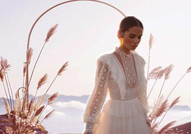 """Daalarna是注重女性魅力和永恒优雅的匈牙利婚纱品牌,以现代及独特别致的设计而闻名,设计师Anita Benes以干净精致的外观,协调独特的设计迎合现代女性敢于时髦,追求品质,又独具个性的性格特点。新季推出的""""fort""""民间新娘系列,以轻便的裙身与别致的蕾丝花纹,打造出非传统却又现代化的设计,同时棉麻的融入设计更是实现了持久可持续的设计趋势。"""