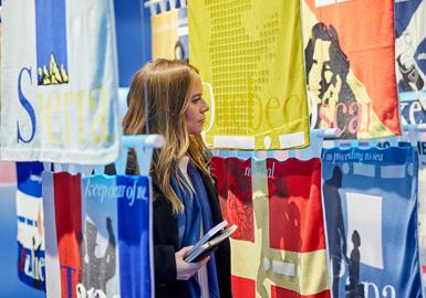 "Pitti Filati佛罗伦萨纱线展是国际上最大的花式纱线展,本届展会强调""可持续力是第一要务"",消费前后的可回收废料、天然韧皮纤维及夏季轻薄材料是本届展会的开发要点,共有来自50多个国家的4000多名买家探讨着纱线的可持续生产工艺,共享针织创作带来的视觉盛宴。"