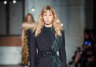 Monse创立于2012年,品牌秉持着极简主义的风格,将解构主义玩的优雅前卫,各种不规则设计让人过目不忘。Ins中受关注程度、明星上身频率较高,精选出领部设计、衬衫拼接两个最受关注的点做分析。新季的领部挖空、露肩设计将飘带、撞色、不对称、曲别针等元素融入设计;而拼接连衣裙面料的设计更为大胆,既有左右不对称设计同时再视觉上营造出由内到外的不对称延伸。
