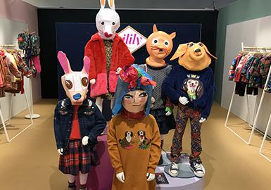 """第90届Pitti Immagine Bimbo展会于2020年1月16日至18日在佛罗伦萨举办。从孩子们的衣柜开始开始,扩展到孩子们的生活方式,45年来,它一直是全球童装的风尚中心。在此次展会举办的三天时间里,KidzFizz、Apartment等品牌的走秀、孩子们的实验室和论坛等不同形式的展现也不断丰富着Pitti Bimbo。 为地球发声的抗议主题贯穿全展会。在秀场上,将街道变成壁画,壁画充满了孩子们对绿色、包容、宜居空间的需求。孩子们高举着""""OUR PLANET, OUR FUTURE"""",""""THERE IS NO PLANET B""""等标语,穿梭在街头巷尾,开始表达自己的声音。"""