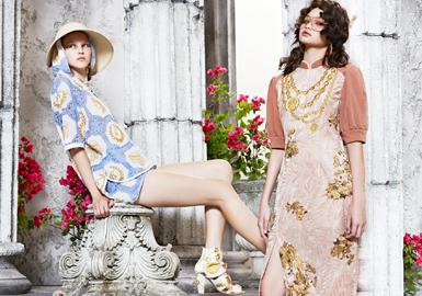 "Kloset,是来自泰国曼谷的时装设计师Mollika Ruangkritya在2001年创立的独立设计师品牌。是一个主打少女风格的品牌,每季都会更新少女旅程。2020春夏系列以""隐藏的宝藏""为新一季主题,灵感来源于探索古代希腊世界遗迹,并用整个系列来诠释希腊艺术和文化萦绕的废墟城市之美。新系列展现了充满魅力的历史和文化的夏日之旅,各种天然面料的棉和亚麻,九重葛色珠子,野生动物园外套和工装裤,反光缎纹,金色纪念章和古老的花瓶刺绣品。以及橄榄树枝和金饰袖扣可以追溯到希腊是最伟大的帝国之一的年代。"